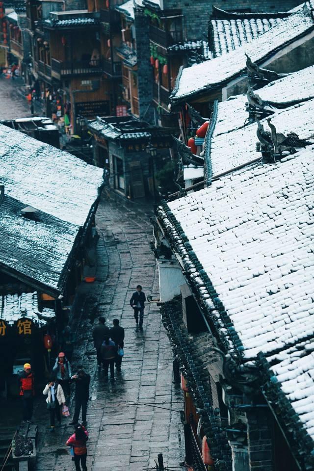 <p> Phượng Hoàng cổ trấn nằm ở phía tây tỉnh Hồ Nam cách Trương Gia Giới khoảng 280 km. Cũng như nhiều cổ trấn trứ danh khác của đất nước Trung Hoa, địa danh này được bảo tồn rất tốt cả về giá trị lịch sử, văn hóa và bảo lưu những giá trị của dân tộc ít người.</p>