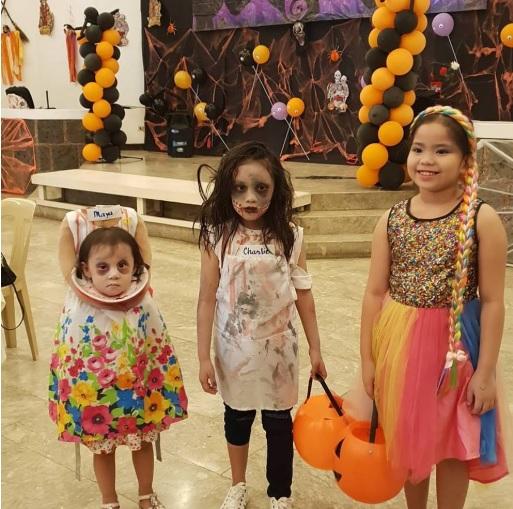 Hai chị em nhà Maya - Charlie (từ trái sang) tại trường học.