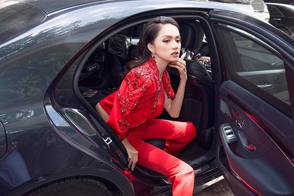 Giữ thần thái sang chảnh, kiêu sa bất cứ lúc nào xuất hiện, đó là tiêu chí của Hương Giang. Thế nên rất khó để tìm được một khoảnh khắc dìm hàng Hoa hậu chuyển giới. Ngay cả khi vừa bước xuống từ xe hơi, người đẹp vẫn giữ được phong thái nữ hoàng.