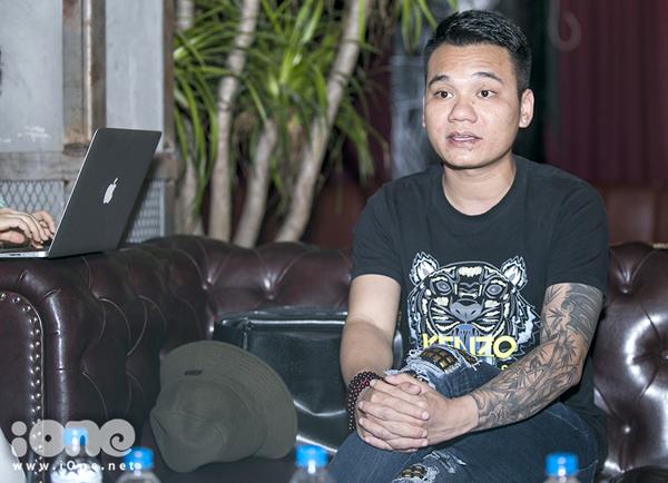 Khắc Hưng trong buổi gặp báo chí.