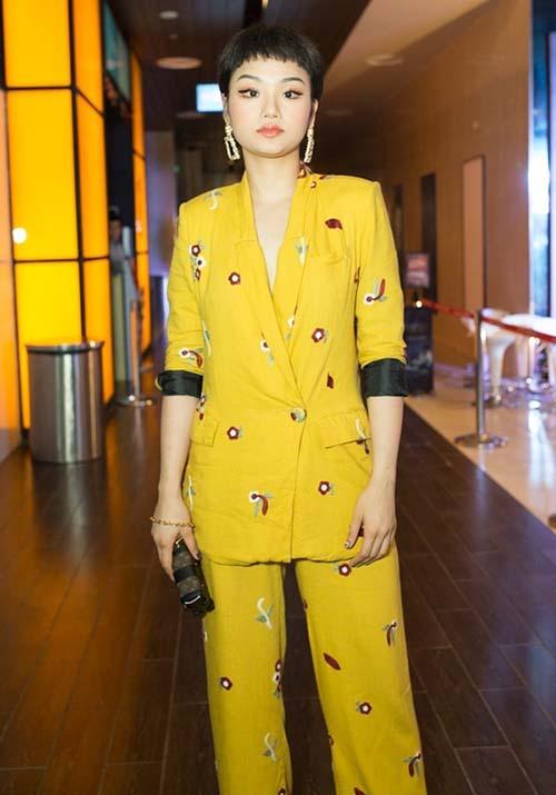 Từ khi chuyển sang cắt tóc tém như con trai, Miu Lê có sự thay đổi rõ rệt trong cách ăn mặc. Vẫn mê tít đồ hiệu nhưng thay vì theo đuổi phong cách sang chảnh như xưa, Miu Lê chuyển sang thích phong cách cool ngầu, thoải mái, thể hiện tính menswear. Tuy nhiên style ăn mặc này lại nhiều lần khiến cô nàng bị dìm đẹp khi đi sự kiện.
