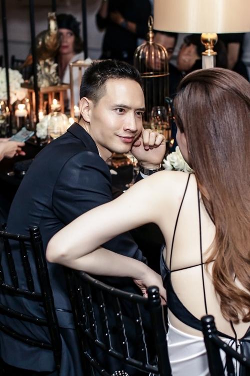 Kim Lý đắm đuối nhìn Hà Hồ tại bữa tiệc.