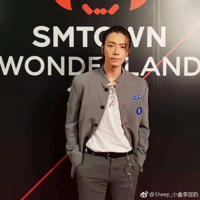 <p> Dong Hae mặc đồng phục, tóc chải ngược đúng chất học sinh cá biệt.</p>