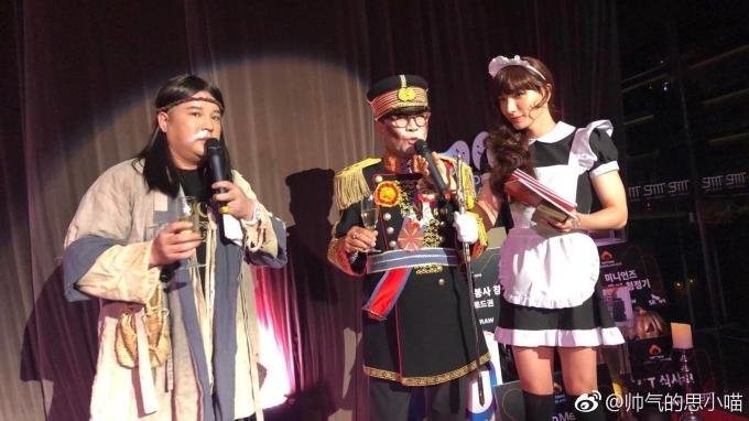 """<p> Giám đốc Lee Soo Man là một trong những """"fan cuồng"""" của Halloween. Nhiều ý kiến cho rằng ngài Lee hóa trang thành Lay (EXO) với bộ đồ hoàng tộc. Shin Dong là người da đỏ và Lee Teuk thành cô hầu gái.</p>"""