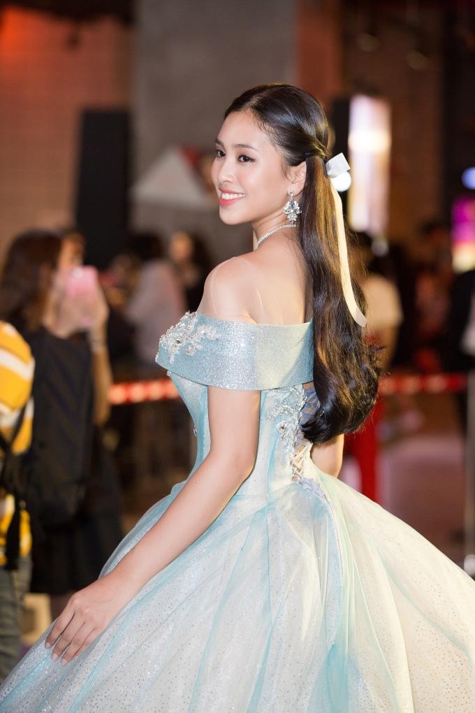 <p> Trước đó Hoa hậu Tiểu Vy hóa thân thành công chúa Clara để thực hiện bộ ảnh để quảng bá cho bộ phim này tại Việt Nam. Cô cảm thấy hạnh phúc khi được một hãng phim lớn như Disney mời hợp tác trong dự án này.</p>