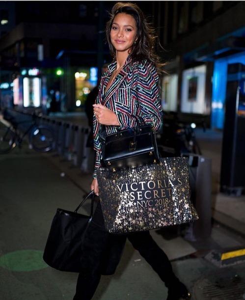 Lais Ribeiro rời trụ sở Victorias Secret sau buổi thử đồ. Cô là thiên thần có vinh dự được mặc Fantasy Bra tại VSFS 2017.