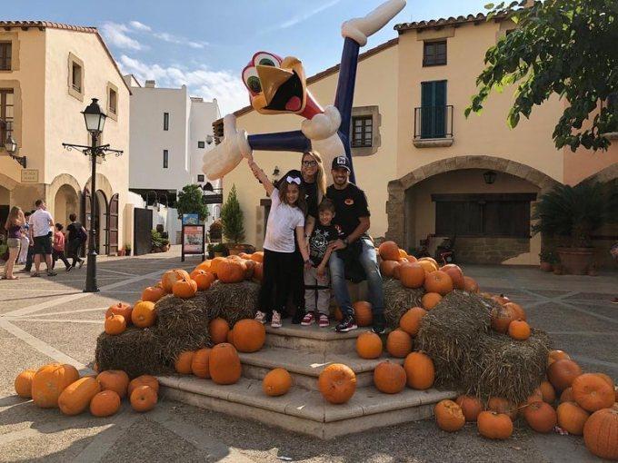 <p> Tiền đạoLuis Suárez của FC Barcelona vừa chào đón thành viên thứ 5 trong gia đình vào tuần trước. Mùa Halloween 2018, thay vì hóa trang cầu kỳ anh chỉ đăng bức ảnh chụp cùng gia đình giữa những quả bí ngô.</p>