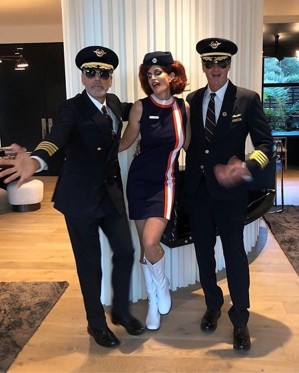<p> Cựu người mẫu Cindy Crawford đóng vai cô tiếp viên hàng không quyến rũ.</p>
