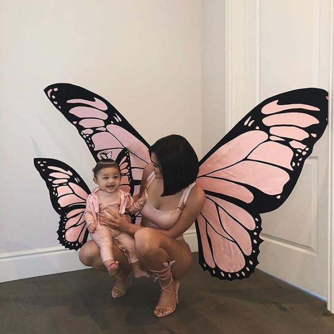<p> Kylie Jenner cùng con gái Stormi.</p>