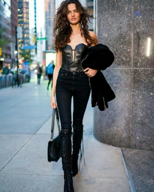 Người mẫu lâu năm của Victorias Secret, Barbara Fialho. Cô diện cây đen sexy với corset da và boot cao cổ khoe thân hình mảnh khảnh. Một số fan cho rằng Barbara đã ép cân hơi quá khiến body thiếu nuột nà so với những năm trước.