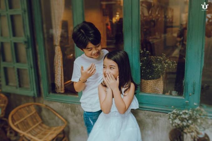 """<p> Trước những ý kiến trái chiều về việc trẻ con không nên đóng cảnh hôn sớm, mẹ Bảo Huy cho hay cậu bé không hề bị ảnh hưởng về việc đó bởi vẫn là một đứa trẻ vô tư hồn nhiên. """"Nếu có bị ai trêu con sẽ cười và bảo 'Bạn gái con mà' bởi 2 bạn chơi rất thân với nhau. Các bé vẫn luôn sống đúng lứa tuổi của mình"""".</p>"""