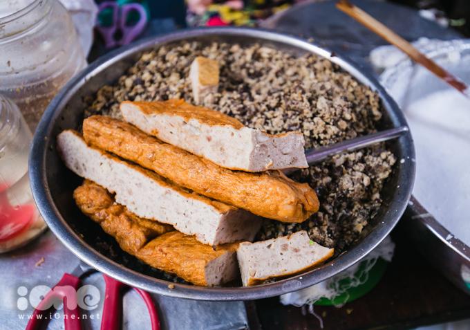 <p> Bánh cuốn gia truyền nhà ông Chính giữ chân thực khách nhờ giá rẻ, không có hàn the, lớp nhân thịt đầy đặn.</p>