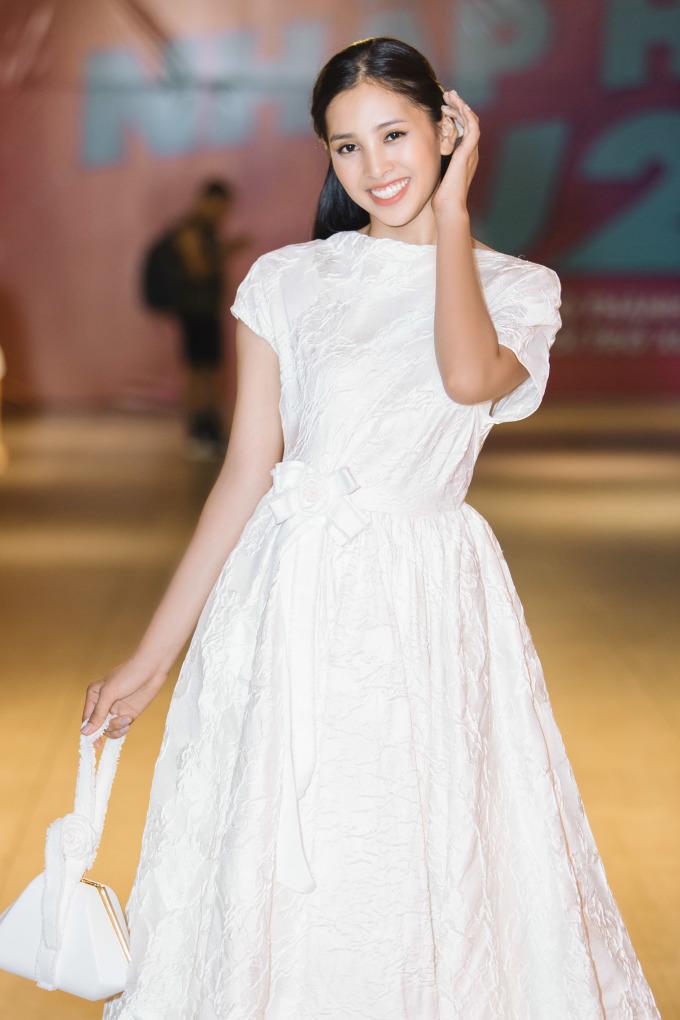 <p> Sau khi xuất hiện lộng lẫy trước khán giả, Hoa hậu Tiểu Vy đã nhanh chóng biến hoá với một trang phục tiểu thư nhẹ nhàng để thoải mái theo dõi bộ phim.</p>