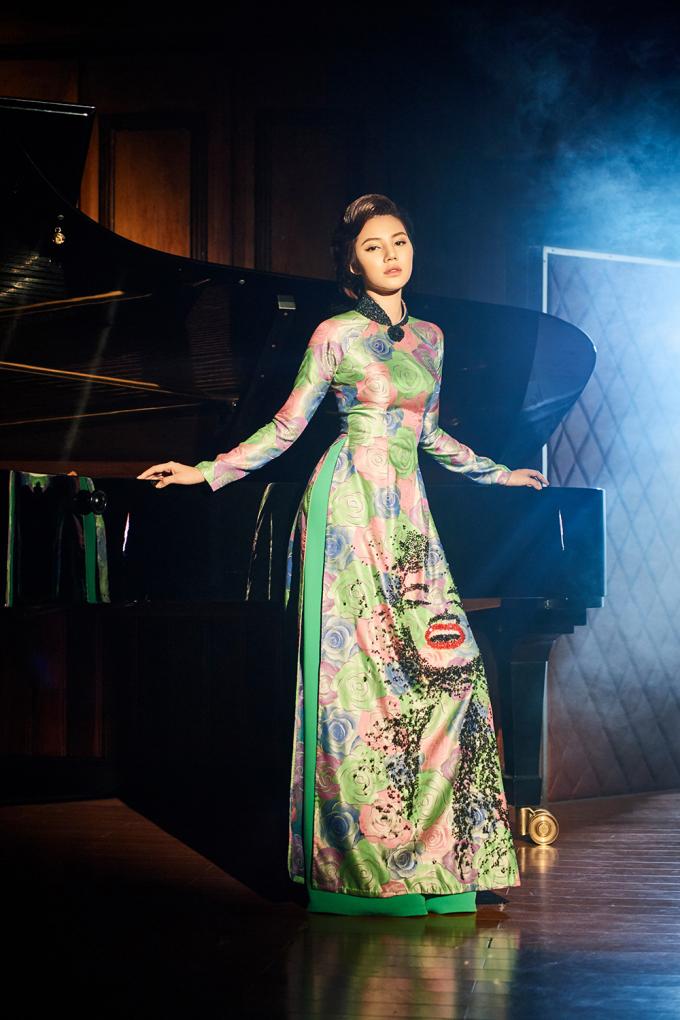 """<p> Nổi tiếng là một """"yêu nữ hàng hiệu"""", Jolie Nguyễn bất ngờ trở nên dịu dàng, e ấp nhưng không kém phần kiêu kỳ khi khoác lên mình những thiết kế áo dài độc đáo nằm trong bộ sưu tập <em>Diva quyến rũ </em>của NTK Kenny Thái.</p>"""