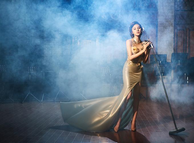 <p> Mẫu áo dài cách điệu mang màu sắc hoài cổ, gợi nhớ về những giai nhân Sài Gòn của thập niên 50, 60 thế kỷ trước.</p>