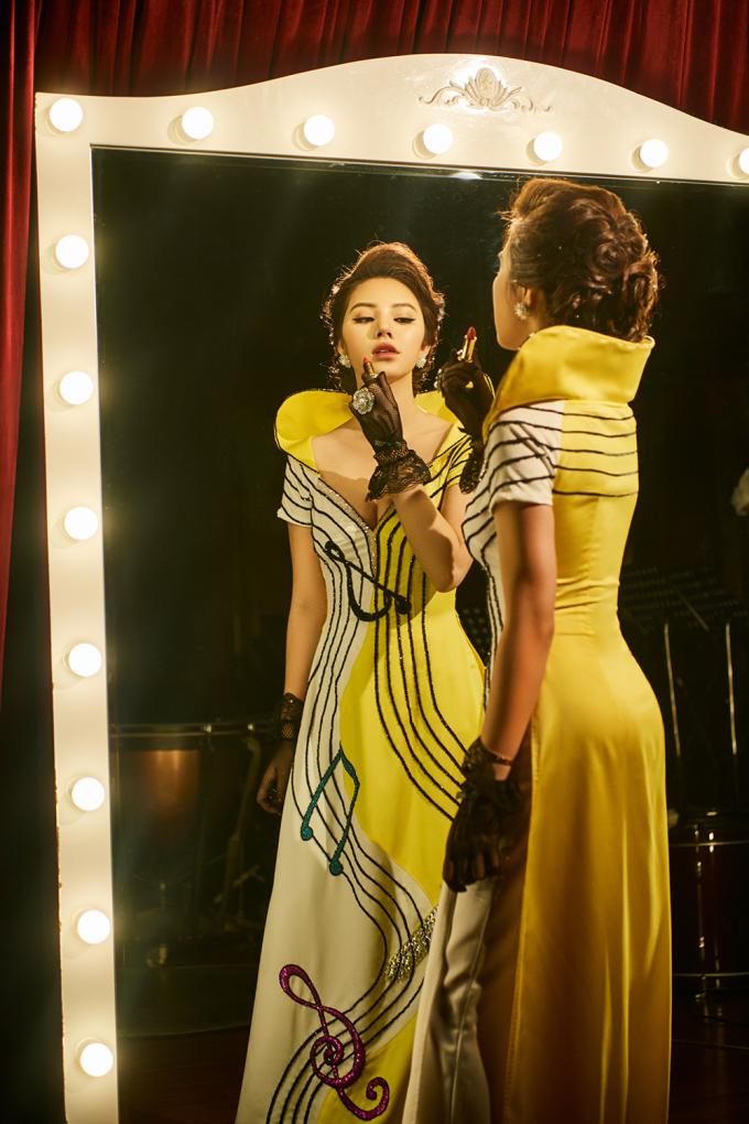 <p> Áo dài biến tấu kết hợp kiểu dáng váy dạ hội giúp Jolie Nguyễn nổi bật và khoe được vẻ quyến rũ.</p>