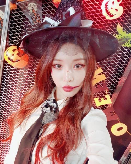 Qua chương trình Produce 101 mùa đầu tiên, Chung Ha đã chính thức trở thành ca sĩ solo và tích cực tham gia nhiều hoạt động giải trí. Chính vì vậy, để quảng bá hình ảnh mình nhiều hơn, cô nàng cũng hưởng ứng lễ hội Halloween năm nay với màn hoá trang xinh đẹp nhưng cũng không kém phần đáng sợ.