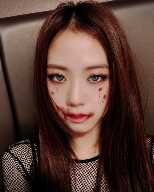 Ji Soo hóa trang Halloween máu me nhưng vẫn xinh đẹp như thường. Thực tế, cô nàng chỉ dùng app điện thoại để có màn makeup ấn tượng này.