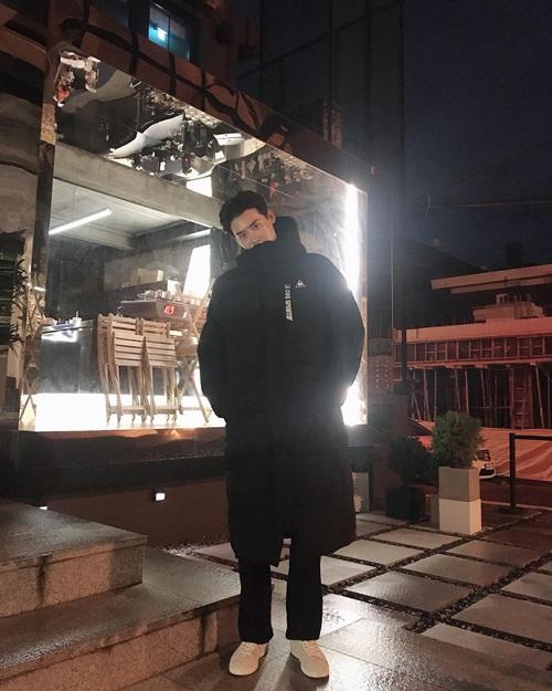 Ông chủ Lee Jong Suk mặc ấm áp khoe dáng trước cửa quán cà phê.