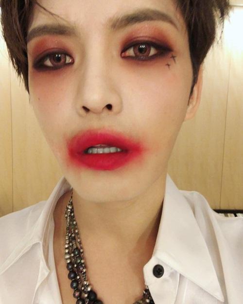 Kim Jae Joong trang điểm đón Halloween cùng fan Nhật với đôi môi bôi son nhoe nhoét, mắt đánh phấn đỏ đậm.
