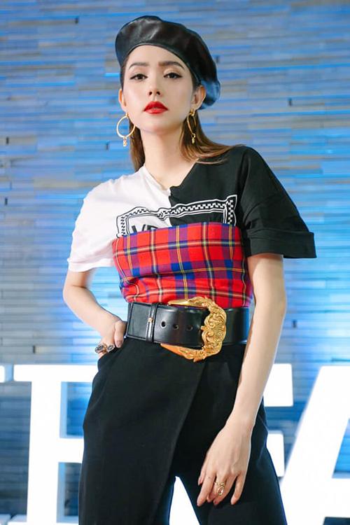 Ngoài cách mix màu sắc, chất liệu lạ mắt, trang phục của Minh Hằng còn có điểm nhấn ấn tượng là chiếc thắt lưng to bản với phần khóa mạ vàng sáng loáng, toát lên nét vương giả. Đây là món phụ kiện nằm trong BST Thu 2018 của nhà mốt Versace.