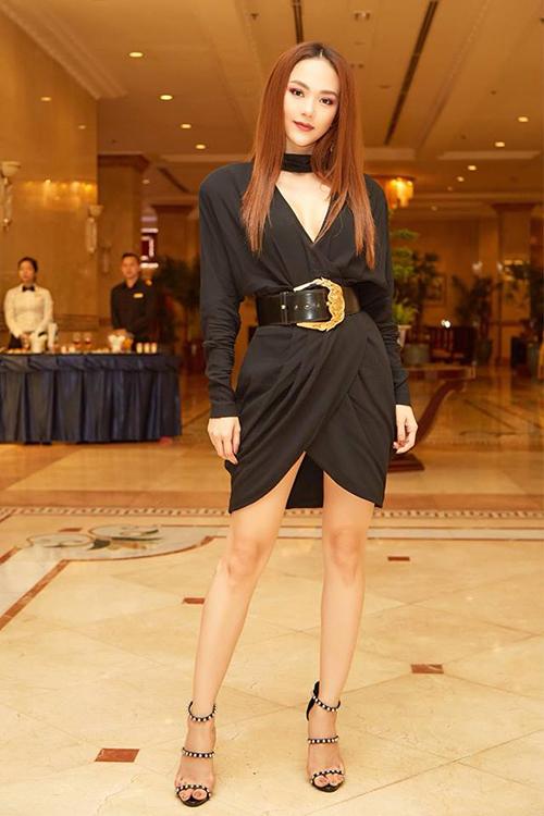 Món đồ có giá gần 30 triệu đồng tiếp tục được Minh Hằng diện đến sự kiện gần đây. Chiếc thắt lưng sang chảnh này chứng tỏ khả năng biến hóa đa dạng khi giúp bộ váy đen của Minh Hằng trông trẻ trung, sang chảnh hơn hẳn.