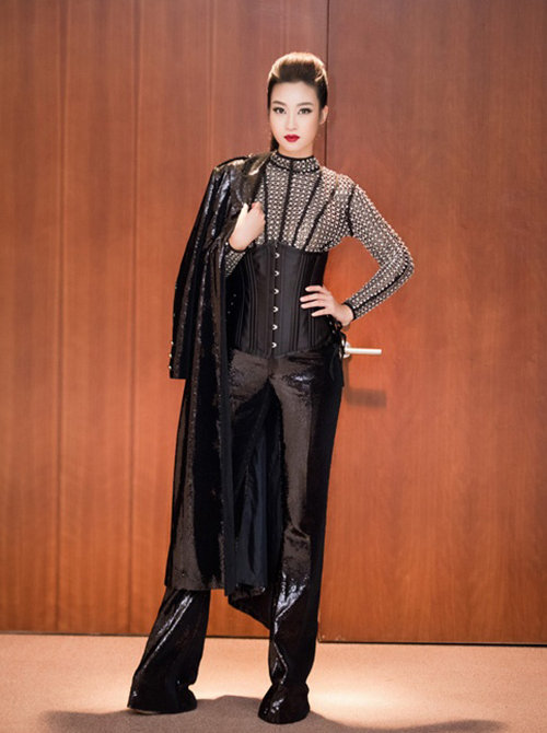 Đây không phải lần đầu Mỹ Linh thất bại khi chịu khó ăn mặc đột phá. Với diện mạo khá hiền lành, người đẹp trông lệch tông khi khoác lên mình những trang phục cùng cách trang điểm quá sắc sảo, hầm hố.