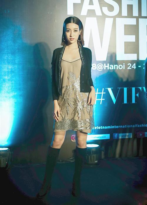 Sau khi hết nhiệm kỳ hoa hậu, Đỗ Mỹ Linh dần thoát hình ảnh nữ tính an toàn để thử nghiệm những style mới mẻ hơn. Trong lần dự Vietnam International Fashion Week mới đây, Hoa hậu Việt Nam 2016 gây bất ngờ khi diện váy hai dây kết hợp áo khoác ngắn và boots cao cá tính. Tuy nhiên phong cách này của người đẹp chưa được đánh giá cao.