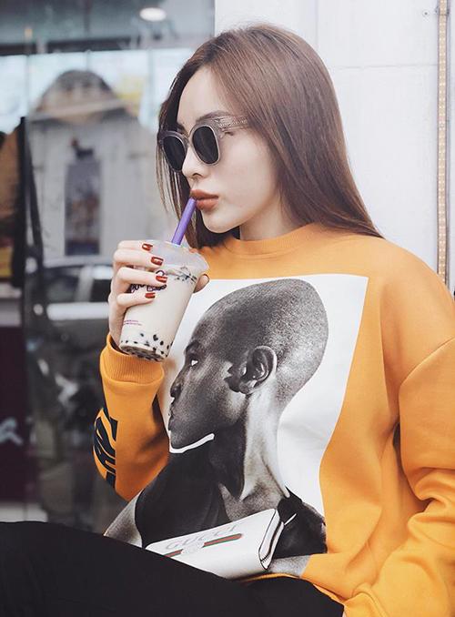 Phong thái kiêu sa giúp cô nàng diện những chiếc áo vài trăm nghìn trông vẫn đẳng cấp chẳng khác gì vài chục triệu đồng.