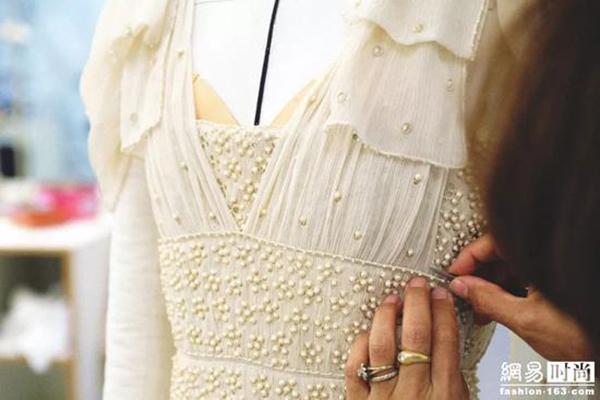 Chiếc váy lụa ngà này giúp cô dâu Đường Yên trông đầy duyên dáng khi nhảy cùng chú rể.