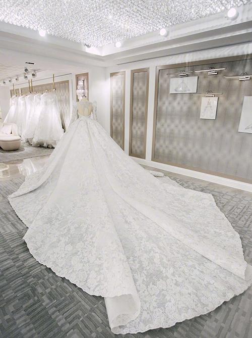 thân váy đính kết 1206 bông hồng thêu ren  cũng tượng trưng cho ngày sinh nhật 12/6 của cô dâu Đường Yên.