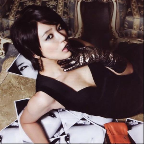 Trên tạp chí Cosmopolitan số tháng 10/2007, Yoon Eun Hye gây sốt với mái tóc ngắn cùng style trang điểm cá tính. Thời điểm này, cô nàng trở thành nữ hoàng quảng cáo, gương mặt đại diện của rất nhiều thương hiệu đình đám, liên tục xuất hiện trên nhiều tạp chí tên tuổi.