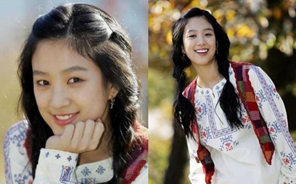 Những năm 2000, Jung Ryeo Won được khán giả biết đến với tư cách thành viên nhóm nhạc Chakra. Thời điểm đó, nhan sắc cô không quá kiều diễm nhưng vẫn được công chúng yêu mến nhờ nụ cười tươi cùng các đường nét hài hòa, giản dị.