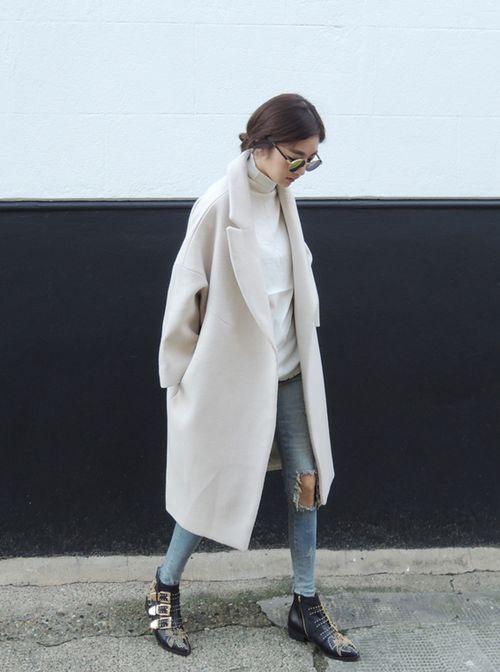 Các nàng cũng có thể mix áo khoác dáng dài màu trắng với jeans rách để tăng thêm phần chất chơi cho style của mình.