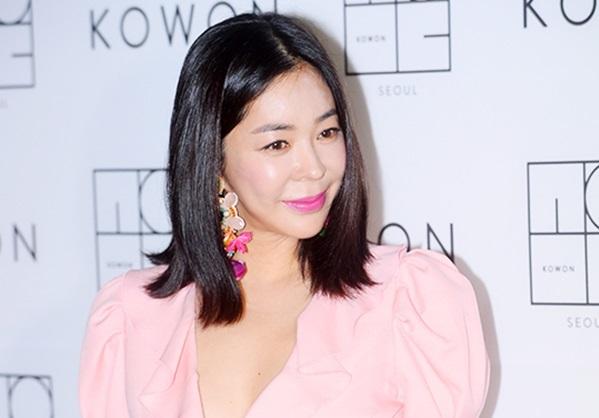Trong quá khứ, nữ diễn viên từng sở hữu một gương mặt rất quyến rũ tự nhiên. Nhưng kể từ cuối thập niên 2000, gương mặt của cô ngày càng trở nên thiếu tự nhiên, được cho là hậu quả từ việc phẫu thuật thẩm mỹ.