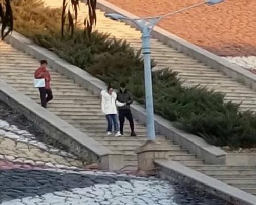 Phùng Thiệu Phong tỏ ra săn sóc, cẩn thận đỡ vợ bước xuống bậc thang.