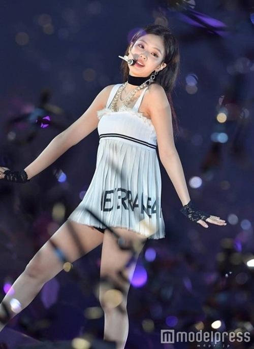 Váy của Jennie bị so sánh với cầu lông.