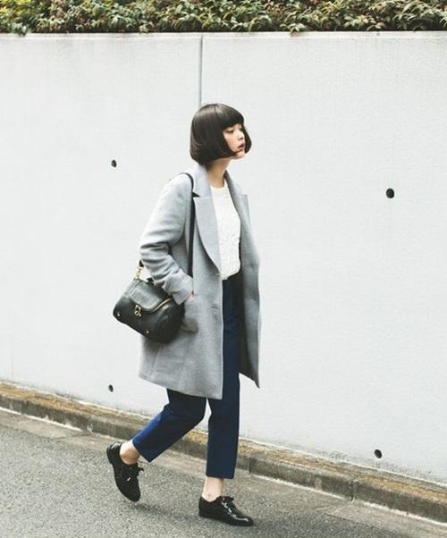 Áo khoác dạ dài là món đồ mang nét sang trọng và cổ điển mà hầu như cô nàng nào cũng có trong tủ đồ mùa đông. Đây là item linh hoạt và việc mix & match cũng khá dễ dàng.