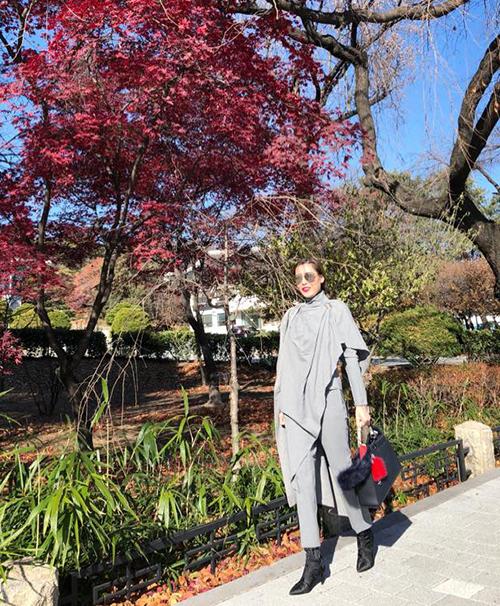 Quế Vân diện đồ tầng lớp ấm áp đi chơi Hàn Quốc.