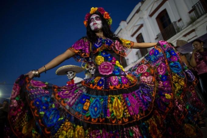 <p> Đây là lần thứ ba Mexico City tổ chức Ngày của người chết. Lần đầu tiên cuộc diễu hành được tổ chức là năm 2016. Cuộc diễu hành được lấy cảm hứng từ cảnh mở đầu của bộ phim<em> Spectre</em> của James Bond, ghi lại hình ảnh hai nhân vật đuổi theo nhau quanh thành phố trong trang phục hóa trang. Ngày lễ của người chết ở Mexico chính là thời điểm mà quốc gia này khuyến khích người dân cầu nguyện cho những người thân yêu đã mất, để giúp họ vượt qua hành trình trong thế giới bên kia.</p>