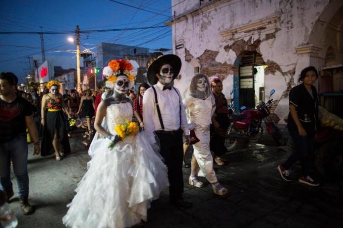 <p> Nhiều người lựa chọn những concept độc đáo khác như cô dâu ma. Trang phục trong đám cưới ma cũng được chuẩn bị rất kỹ lưỡng cho Lễ hội lớn nhất năm này.</p>