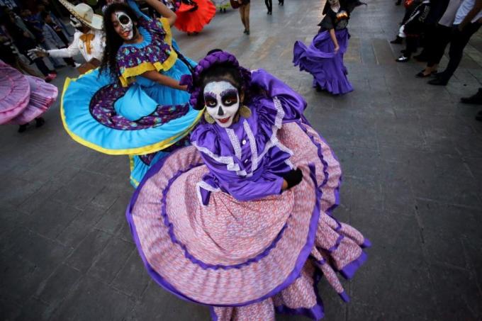 """<p> Một phụ nữ ăn mặc như một """"Catrina"""" tham gia vào một cuộc diễu hành ở Coahuila.</p>"""