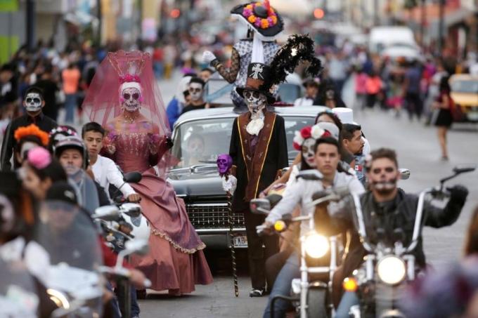 <p> Nếu như Halloween là lễ hội dành cho ma quỷ ở Mỹ và các nước phương Tây thì ở Mexico cũng có một nghi lễ đặc biệt dành cho người chết. Lễ hội độc đáo này thu hút hàng chục nghìn người tham dự, diễn ra từ ngày 31/10, ngày lễ chính thức vào 2/11.</p>