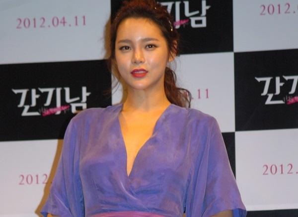 Biệt danh người đẹp dao kéo gắn liền với Park Shi Yeon vì hành trình thay đổi nhan sắc của cô theo thời gian. Dù từng có gương mặt đẹp tự nhiên nhưng mỹ nhân sinh năm 1981 vẫn không hài lòng.