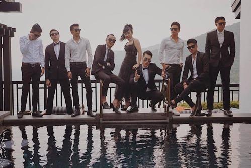 Hình ảnh cả hai chụp hình cưới cùng nhóm bạn thân tuần trước tại Đà Nẵng.