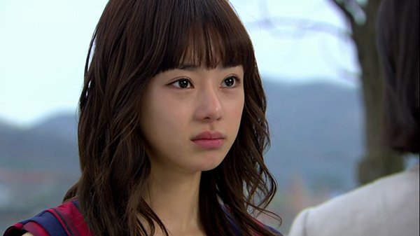 Nổi tiếng nhờ vai diễn ấn tượng trong bộ phimChị gái Lọ lem, nữ diễn viên Seo Woo (sinh năm 1985) chiếm cảm tình của người hâm mộ nhờ ngoại hình trong sáng, bắt mắt, đặc biệt là đôi mắt to tròn như búp bê.