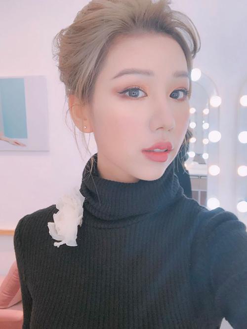 Theo Min tiết lộ, thời gian gần đây, cô đang áp dụng phương pháp niềng riêng. Nhiều người cho rằng đây là lý do nhan sắc của Min có sự thay đổi rõ rệt đến vậy, đặc biệt là phần hàm và cằm.