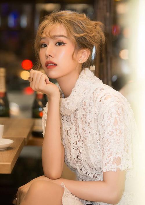 Bên cạnh những ý kiến nghi ngờ nữ ca sĩ đã phẫu thuật thẩm mỹ, nhiều người cho rằng sự thay đổi của Min đến từ việc cô nàng mới đổi sang cách trang điểm trưởng thành hơn.
