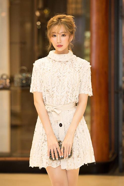 Cùng với khác biệt trong dung mạo, thời gian gần đây Min cũng chuyển biến rõ rệt về cách ăn mặc với những trang phục nữ tính, chín chắn hơn hẳn trước đây.
