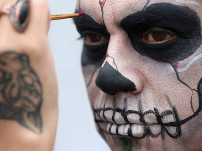 """<p> """"Ngày của người chết"""" ở Mexico là ngày đàn ông và phụ nữ vẽ lên mặt, mặc trang phục diêm dúa để tưởng nhớ những người đã khuất. Tuy nhiên, thay vì không khí u buồn, lễ hội này lại có những màu sắc riêng rất độc đáo đậm chất Latin.</p>"""